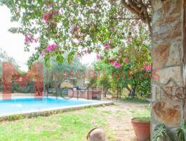 Chalet con piscina en urbanización Las Cazorlas Chicas